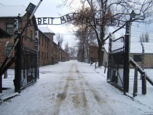 Auschwitz_I_entrance_snow