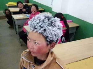 sfida il gelo per andare a scuola