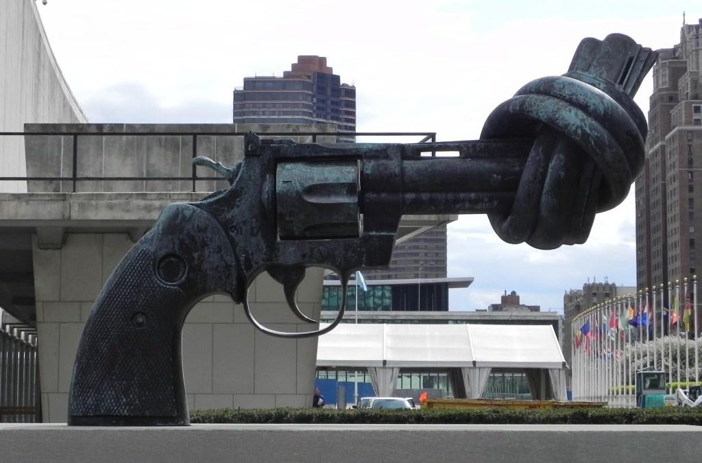 La statua della non violenza di Carl Fredrik Reuterswärd che si trova davanti alle Nazioni Unite in America